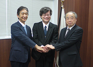 Photo: Nobel Prize Selectee Dr. Hiroshi Amano with JSPS president Dr. Yuichiro Anzai and JSPS Research Center for Science Systems director Dr. Makoto Kobayashi, 2008 Nobel laureate in Physics.
